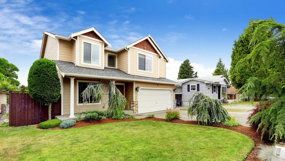 Siding contractors in Edmonton - working with siding planks, panels, shingles